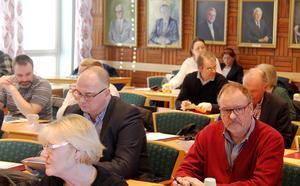 I kommunfullmäktige är kombattanterna Tony Andersson (M) och Per-Arne Frisk (S) bordsgrannar.