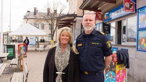 Marita Bertilsson, chef för kommunala avdelningen Trygg i Norrtälje kommun, och Björn Cewenhielm, chef för lokalpolisområde Norrtälje vid Norrtälje busstation.