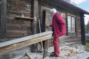 Sune Pettersson på väg in i en av stugorna som han själv har byggt på Gåsbäckens fäbodar.