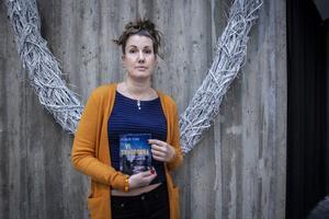 Elinor Torp har varit mycket i Östersund eftersom hon skrev om de uppmärksammade arbetsmiljöproblemen i Krokoms kommun. Hennes nya bok handlar om det nya arbetslivet i Sverige, där slavkontrakt är vanliga.