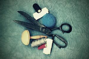 Många saker och kläder går ofta att laga.  Genom att ta hand om och reparera prylar som du redan har bidrar du till lägre klimatpåverkan, skriver insändaren. Foto: Pixabay.com.