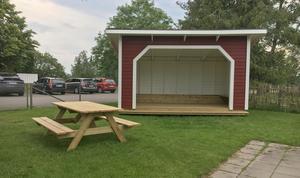 På förskolan i Medåker har de bland annat satsat på uteaktiviteter. De har nyss byggt en inglasad altan där barnen kan sova och denna byggnad att ha aktiviteter i.