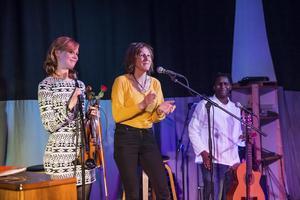 Här tackar Yvonne Perkins  publiken och musikerna efter en musikfest 2016. Då samlade de in pengar till stöd för människor på flykt som nu fastnat i lägret i Idomeni då gränsen mot Makedonien stängts.