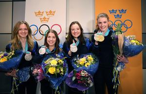Det svenska damlaget välkomnas vid ankomsten från OS i fjol.