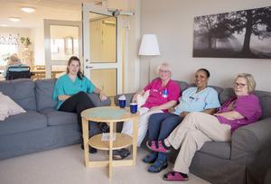 Det är fikarast på avdelning fem på Kristinelunds äldreboende, här arbetar Caroline Mickels, Monika Nygård, Menbere Eshetu och  Berit Nordin.