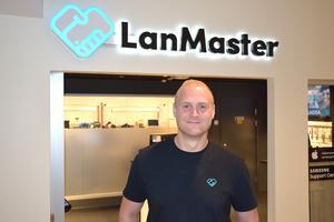 Butikschef Christofer Högbom utanför den nyöppnade servicebutiken Lanmaster.