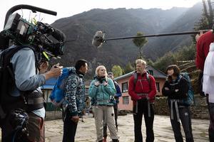 Ett lite chockat gäng svenska kändisar gör sig redo för äventyret tillsammans med guider och TV4: s TV-team. Här Josefine