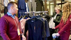 Kicki Jonasson kollar in de klänningar som Zabi Rasoli säljer i sitt UF-företag.