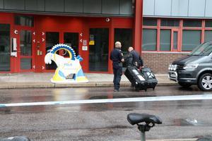 Bombgruppen på väg in i polishuset.