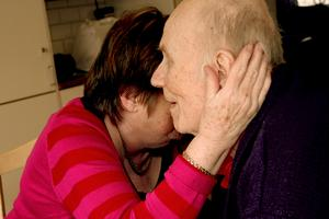 Anita tröstar sin make då tårarna kommer. Han är inte helt nöjd med att behöva flytta.