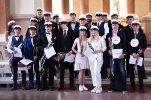 Samtliga stipendiater samlade längst fram i kyrkan.
