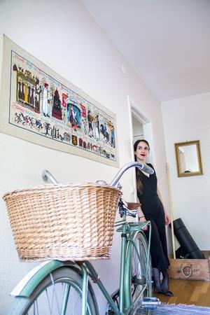 Ett av Malins bästa fynd är den mintgröna herrcykeln i urfint skick. Den stod lite undanställd på en loppis i Hedesunda och var nog egentligen inte till salu. Men hon fick köpa den för endast 150 riksdaler.