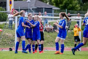 Heffnersklubban jublar efter sitt mål i finalen.