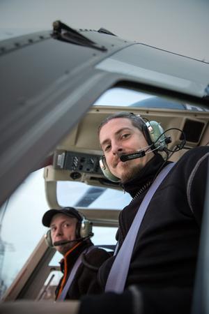 Jens Thureson och piloten Anders Olsson från Norr Helikopter AB förbereder sig för en tur över skogarna över Leksand och Rättvik.