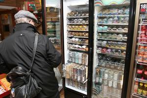 Regeringen vill att snus bara ska få säljas över disk.Foto: AP