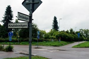 Riksvägsreservatet stoppar byggnationer bland annat efter delar av Snöåvägen och Knutsbovägen. Byggstoppet blir kvar tills vidare, om samhällsbyggnadsnämnden får råda.