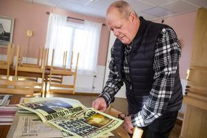 Kenneth Engmalm har flera klippböcker med artiklar, protokoll och foton från branden och uppbyggnaden av den nya kyrkan.