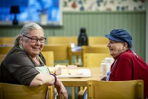 Åsa Karlsson och Margit Olofsson har rutin på att sköta serveringen på Lyransgården.