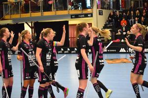 Frida Hellgren, Petra Hansson, Lovisa Bjurell, Clara Hellgren, Elsa Rendalen och Cajsa Lindén jublar över ett av fem snabba IBF-mål i andra perioden.
