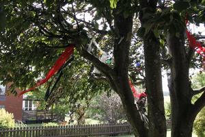 Varför inte sätta upp tygvepor i ett träd på tomten. Stämningsfull blir det.
