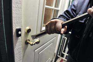 Arkivbild. Två män försökte bryta sig in i en villa. Villaägaren upptäckte de misstänkta tjuvarna innan de hann ta sig in i bostaden.
