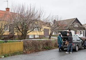 Dagen efter att det misstänkta mordet uppdagats var tekniker på plats och hämtade mer bevis.