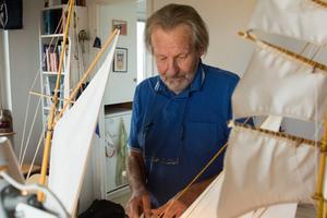 """""""När jag väl valt en modell följer jag ritningarna i stort sett, jag vet hur de ska se ut och var tamparna ska gå. Livbåtarna, till exempel, måste surras för att inte åka i sjön."""""""