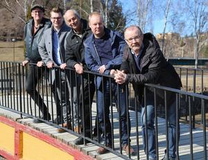 Skrota avloppsinventeringen. Det vill Jörgen Åslund (Vi), Johan Andersson (C), Ulf Breitholtz (V), Daniel Höglund (C) och Roger Johansson (Vi).