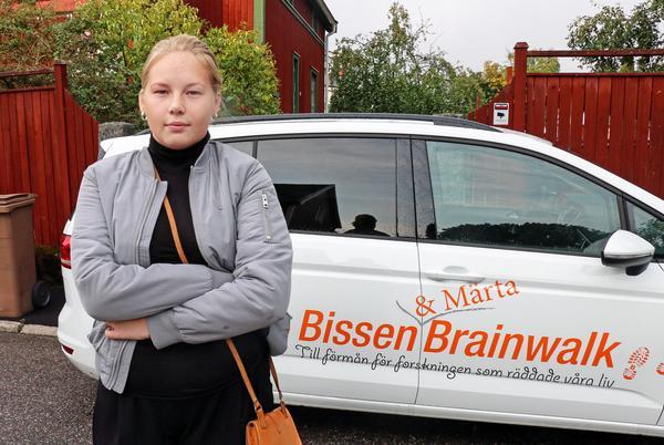 Märta Dufvenberg går i täten för en brainwalk tillsammans med förre bandyspelaren Mathias