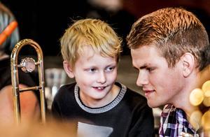 Nybörjaren Karl-Martin Holmström intill Mats Hägerlind som kommit betydligt längre i sitt trombonspel.