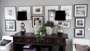Att ställa saker i par är god feng shui, och på ett sideboard i Jannice Wistrands vardagsrum står två pampiga bordslampor.