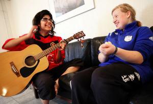 Sofia spelar och sjunger med Hanna , båda från Umeå.