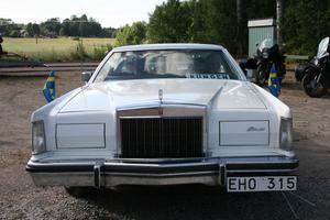 Tord Björkfall med familj var ute med sin Lincon Continental. Skylten i vindrutan läses