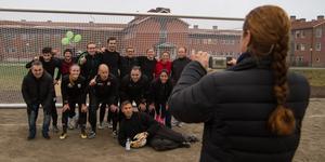 Vinnande laget, lärarna fotograferas av biträdande rektorn Yvette Folin.