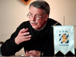 Gunnar Larsson i aktion när han förklarar och försvarar styrelsen beslut. Arkivbild.