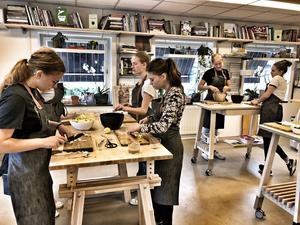 Förberedelser av måltid på Heim i Östersund, som är Fia Gullikssons nya bas för utveckling av gastronomi. Foto: Privat