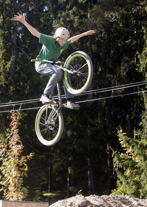 SEPTEMBER. Ett 15-tal utövare av extremcykling visade upp sina trick i de nygjorda banorna i Hemlingbybacken. 15-åriga Joakim Wahlgren från Gävle har cyklat seriöst  i ungefär tre år och tränar så ofta han kan.FOTO: Stefan Tkatjenko
