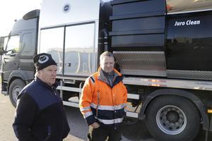 Gunder Spåra äger företaget Juro Clean i Finland som byggt och levererat bilen.  Kauko Laituri är åkeriets fordonsansvarige och tycker att det känns väldigt bra med satsningen på en ny bil. Den gamla ska skrotas.