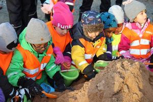 Barnen hjälper glatt till att ta spadtag. Nu är första spadtagen tagna för Paradisskolan i Borlänge.