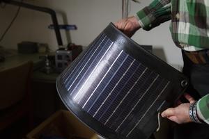 Solcellspanelers form kan variera och här visar Mats upp en böjbar panel som används till båtar.