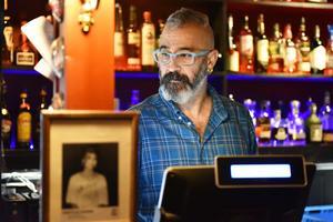 Tamer Öztürk bakom disken tar emot beställningar.