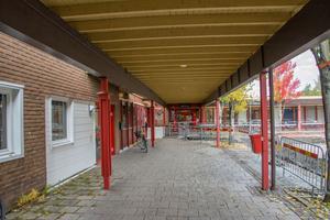Planen är att bygga ut Lugnviksskolan för runt 250 miljoner kronor. Men först måste kommunen undersöka hur allvarliga fuktproblemen är.