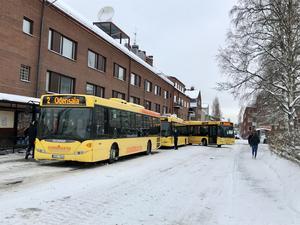 Stadsbussarna står på Kyrkgatan i Östersund.