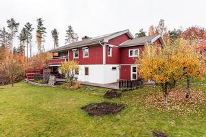 Villa på återvändsgata med vidbyggt garage och trädgårdstomt. Foto: Kristofer Skog
