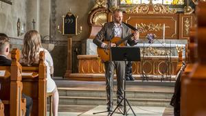 Centralskolans rektor Nicklas Olivensjö framförde en låt, tillägnad eleverna.