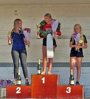 Tyra Bäckström fick kliva högst upp på prispallen. Foto: Sergusfoto