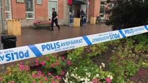 Polisen har spärrat av ett område på Valby centrum.