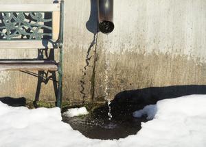 När de sista spåren av vintern smälter bort kan det orsaka mindre översvämningsproblem i norra delarna av Västmanland. Foto: Fredrik Sandberg / TT
