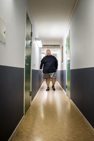 Michael Willysson har som målsättning att starta dagen med en timmes promenad i en källargång i höghuset där han bor.