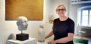 """Karin Tyrefors visar på lördag ett urval mindre verk… bland annat handhuggna skulpturer i kalksten, små pelarbord i sten, och några alldeles nya spegelbilder: """"Jag har också med några bänkmodeller för stadsrum""""."""